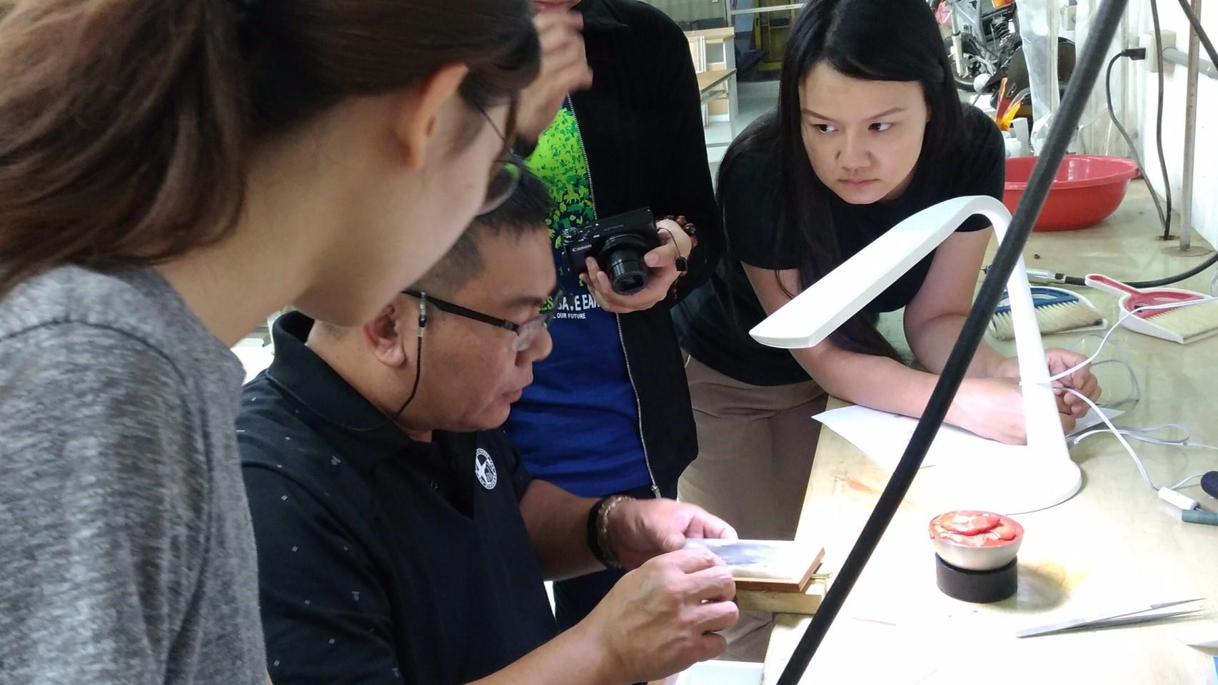 特派東龍珠金工師傅到南華大學-創意產品設計學系-指導金工比賽參賽生